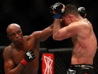 Silva controla ansiedade e vence Diaz