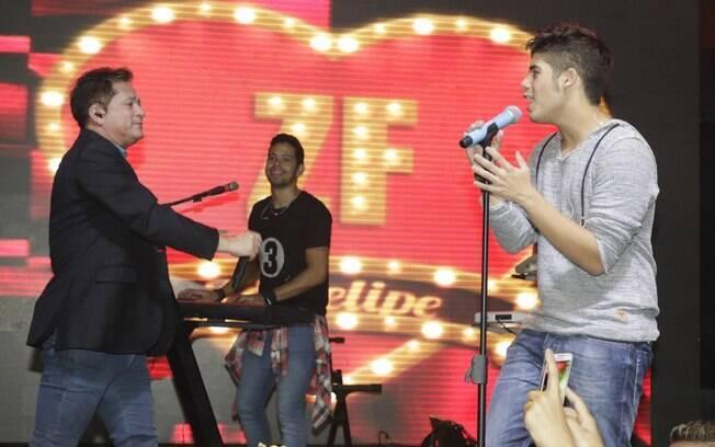 Zé Felipe canta com seu pai, Leonardo. Foto: Divulgação
