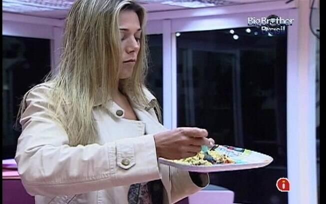 Fabiana aprova o prato preparado por Fael