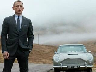 James Bond e o Aston Martin DB5 em cena de