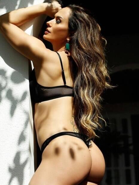 Nubia Oliver registra poses sensuais.