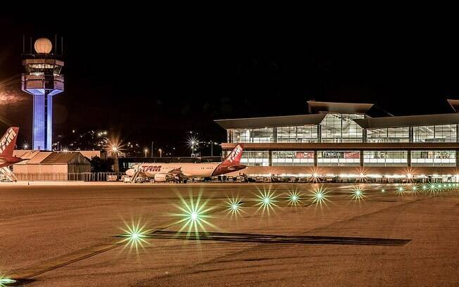 Aeroporto de Guarulhos à noite.