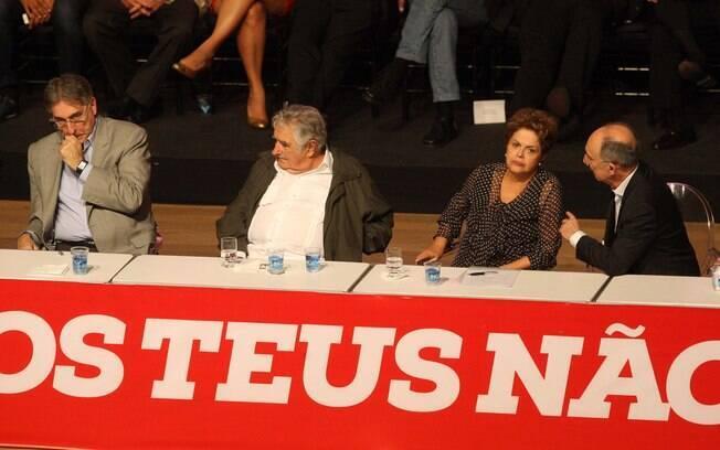 (Da esq. para dir.) Fernando Pimentel, José Mujica, Dilma e Rui Falcão durante celebração dos 35 anos do Partido dos Trabalhadores (PT), em Belo Horizonte (MG)