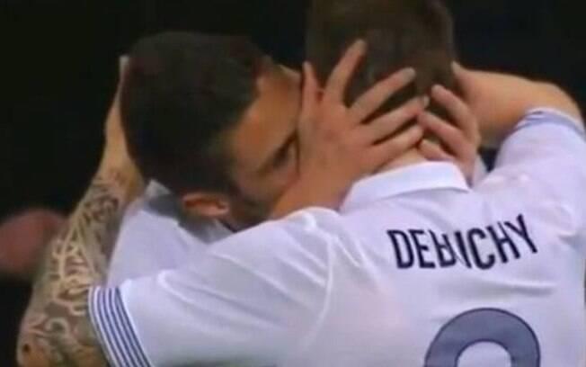 Após fazer gol pela seleção francesa, Olivier Giroud celebrou com um beijaço no colega Mathieu Debuchy