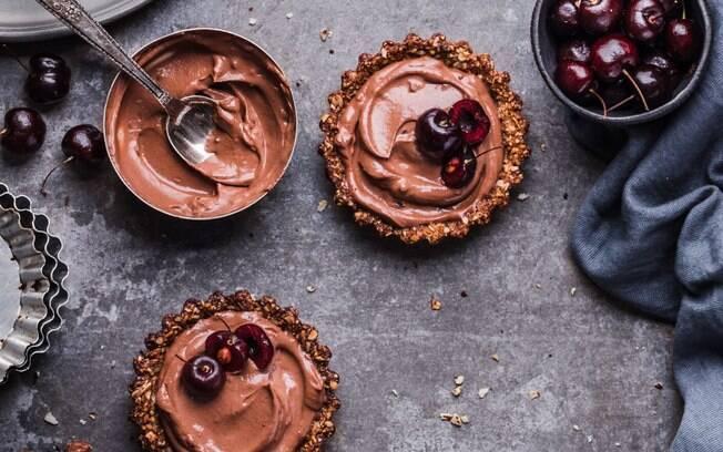 Ganache de chocolate pode ter um toque mais amargo e ajudar a equilibrar os sabores no bolo chocolatudo