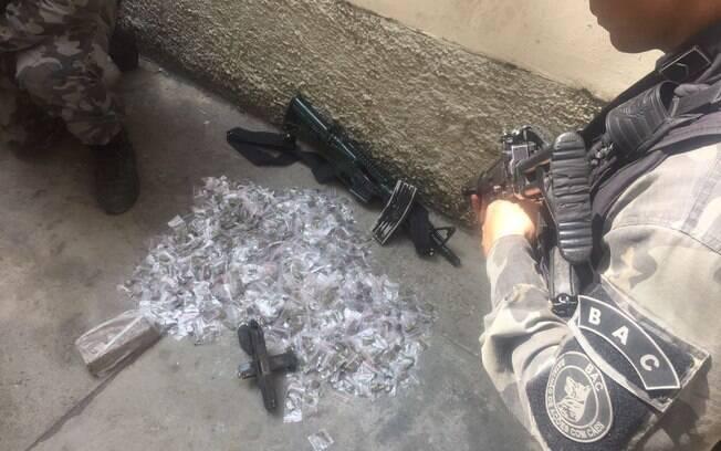 Fuzil, drogas e pistola foram apreendidos na comunidade Chapéu Mangueira, na zona sul do Rio de Janeiro