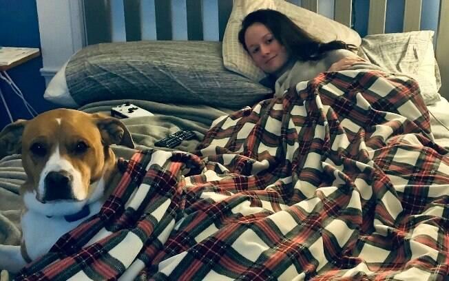 Cachorra especialmente treinada ajuda jovem a conviver com a doença rara
