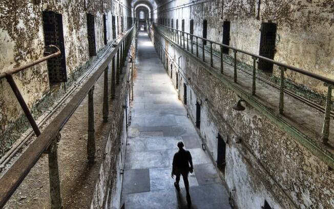 Penitenciária Eastern State guarda histórias horripilantes nas primeiras solitárias do mundo