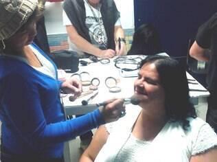 Júnia Helena passa pela maquiagem antes de entrar no 'auditório mais feminino do Brasil'