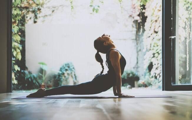 Fortalecer o quadril traz diversos benefícios para o corpo, como a melhora da postura; confira dois exercícios fáceis
