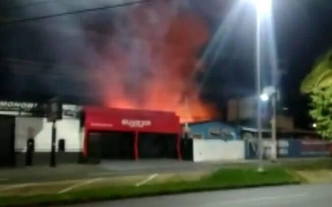 Incêndio em madeireira assusta moradores em Indaiatuba