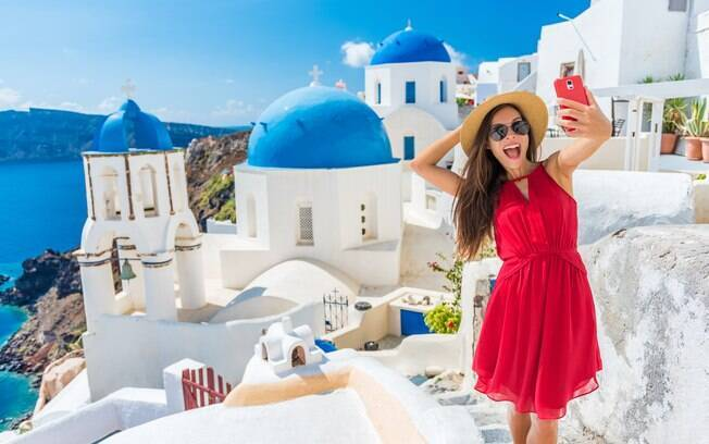 Mulher tirando selfie em Santorini