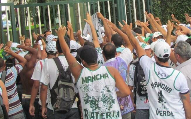 Foto  Torcedores protestam contra Felipão d3e07c0ffdb14