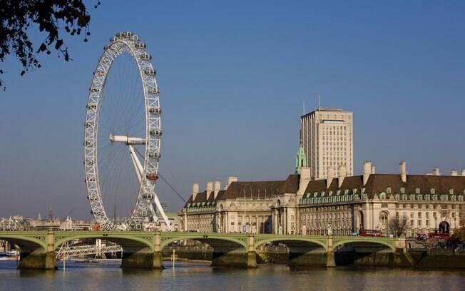 Da estação Westminster, pode-se ver o rio Tâmisa e a London Eye