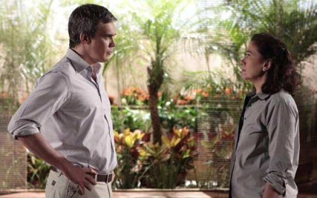 René (Dalton Vigh) exige que Griselda (Lília Cabral) peça desculpas, mas ela se recusa