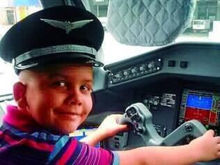 Feliz.  Na viagem, Marcos se divertiu conhecendo a cabine do avião