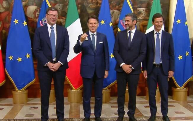 Giuseppe Conte (segurando o sino) assumiu segundo mandato nesta quinta-feira (5)