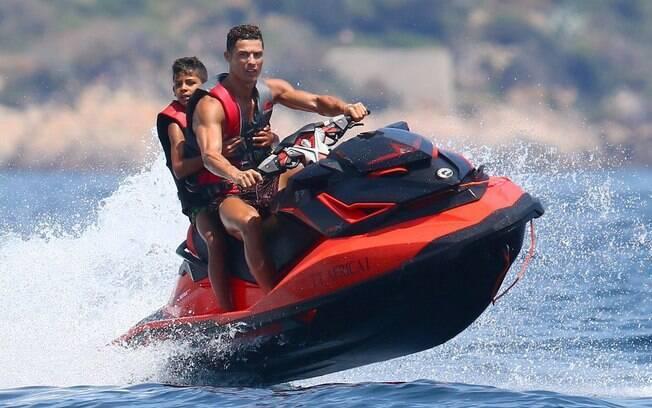 Cristiano Ronaldo e o filho em um jet ski