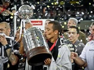 Totalmente identificado com o Atlético, Gilberto Silva beija a taça de campeão da Libertadores