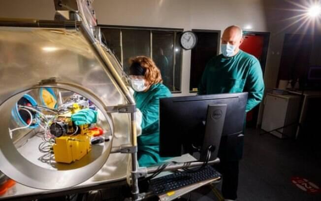 Allen Haddrell e Henry Oswin (sentado) verificam o equipamento do Celebs antes do estudo, que deve começar na segunda-feira
