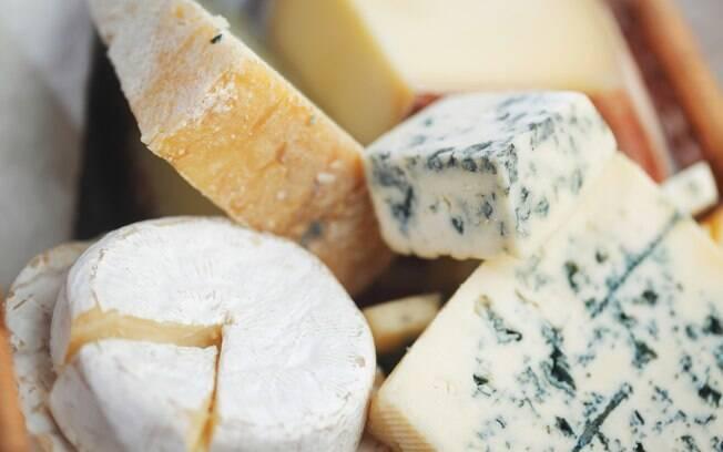 A escolha depende do gosto do cozinheiro, que pode explorar uma grande variedade de queijos para compor o hambúrguer