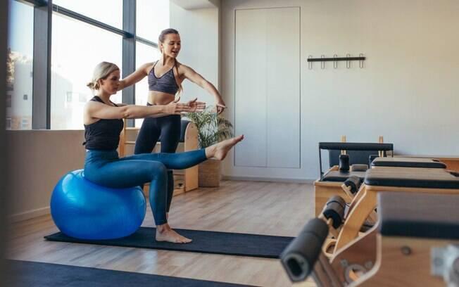 Será que dá para entrar em forma ao praticar pilates? Mesmo sem suor excessivo, exercícios trabalham o corpo todo