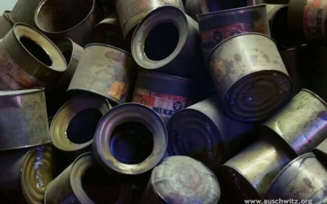 Latas vazias de Zyklon B utilizadas na matança de internos nas câmaras de gás. Foto: Auschwitz-Birkenau State Museum