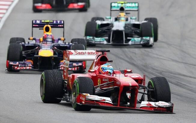Com a asa dianteira danificada da sua  Ferrari, Fernando Alonso abandonou logo na segunda  volta