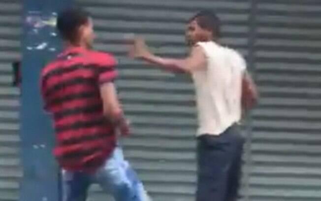 Jovens agridem morador de rua na zona oeste do Rio de Janeiro