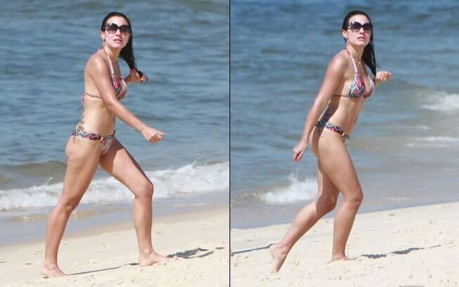 Juliana Knust exibe suas curvas na praia da Barra da Tijuca