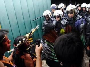 Brasilia - DF - Brasil - 16/12/2014 Indios tentaram invadir no inicio da tarde o Anexo 2 da Camara dos Deputados , proximo a entrada que da acesso as salas das comissoes . Policiais militares (PMs) que estavam no local desde o inicio da manha , alertados sobre o possivel protesto , conseguiram impedir a invasao usando gas de pimenta .  FOTO : Gabriela Korossy / Camara dos Deputados