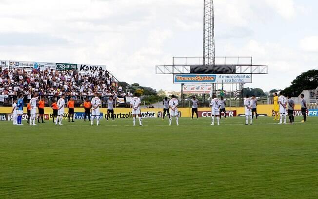 Jogadores de Corinthians e Bragantino  respeitam um minuto de silêncio em homenagem ao  garoto boliviano morto na quarta-feira