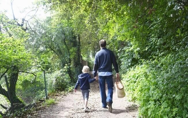 Além de divertido, a trilha no mato pode ser um programa educativo