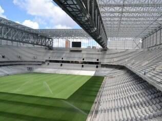 As traves, parte das cadeiras e telões foram instalados no estádio