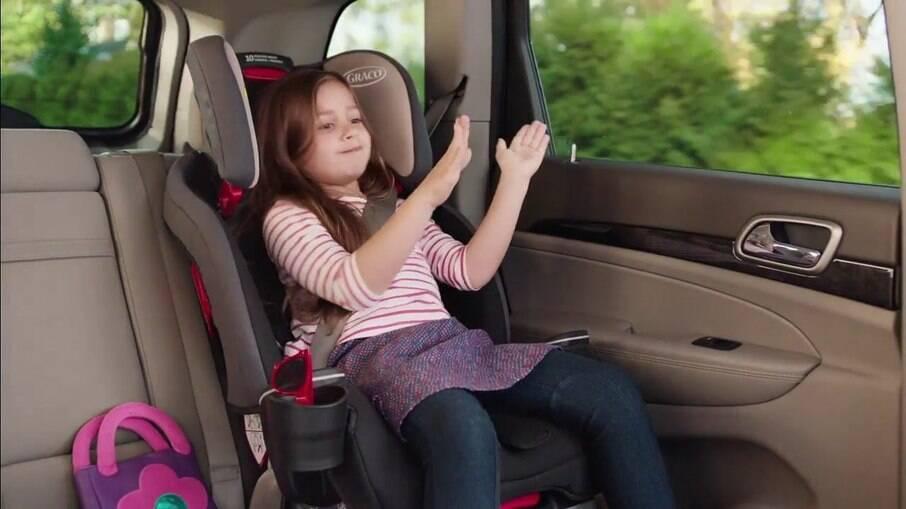 Uso da cadeira infantil para crianças de 1 a 10 anos ou até 1,45 m de altura é obrigatório conforme as regras de trânsito