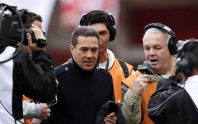 O treinador do Grêmio, Wanderlei Luxemburgo,  se dirige ao banco do seu time no Beira-Rio