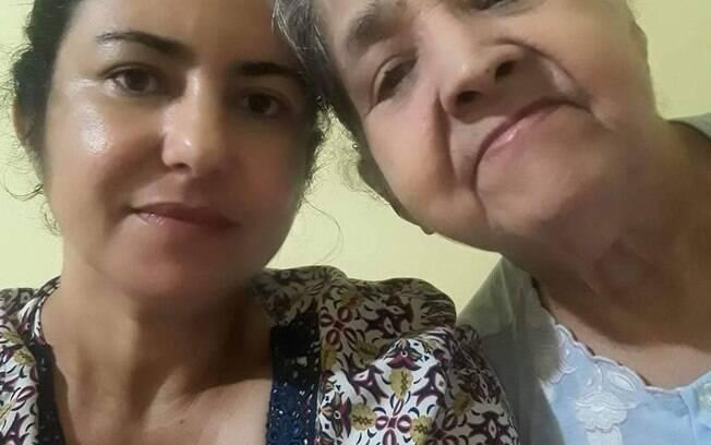 Maria Joana, 45, ao lado de sua mãe, Lavínia Batista Mota Flávio, 76, que se recuperou da Covid-19