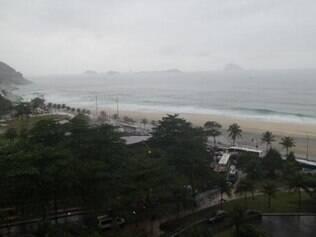 Vista da janela do hotel em que está hospedada a Inglaterra: nada de calor e tempo nublado