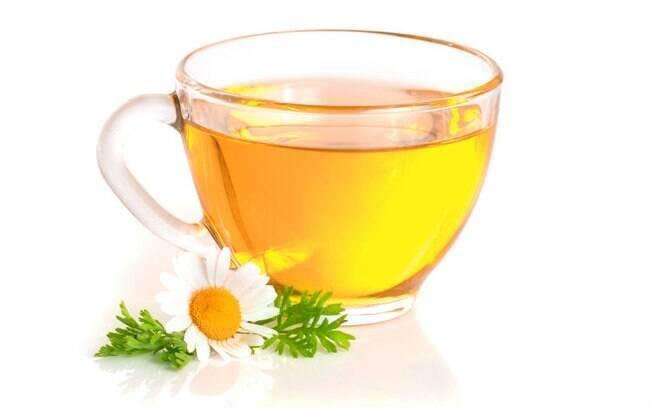 O chá de camomila tem propriedades analgésicas e alivia cólicas menstruais
