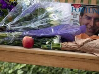 Flores e maçã depositadas na entrada da sede da Apple, na cidade de Cupertino