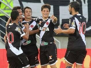 Kleber comemora com companheiros primeiro gol na partida deste sábado