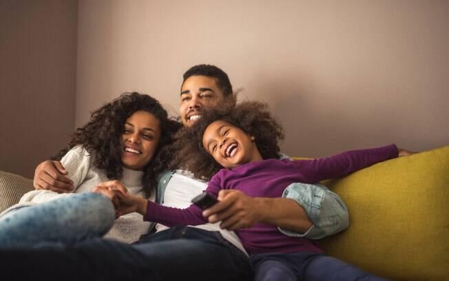 Assistir filmes no idioma que a criança está aprendendo é uma forma de levar o aprendizado para casa sem cobranças