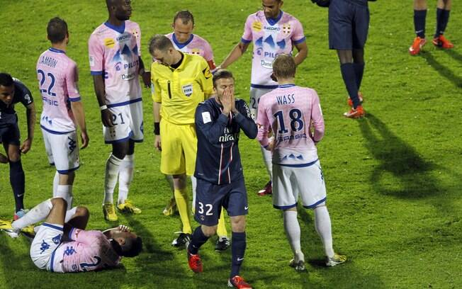 Beckham, com a camisa do PSG, é expulso em  jogo contra o Évian no final de abril pelo  Francês