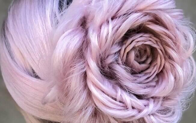 Várias tranças são feitas para criar a aparência de pétalas e dar profundidade para o penteado