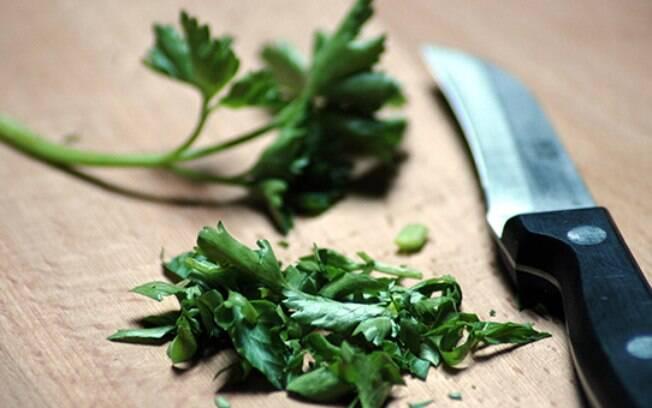 Tábua usada para cortar alimentos também pode servir para acumular bactérias