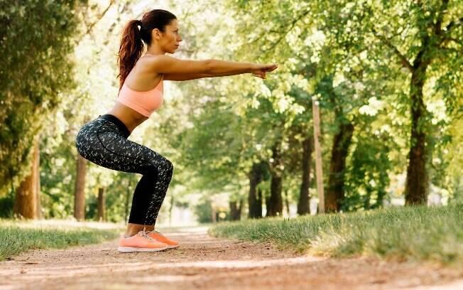 No agachamento, cuidado para que o joelho não ultrapasse a linha da ponta dos pés. O exercício sugerido por Dias ainda inclui movimento de braços para trabalhar ombros