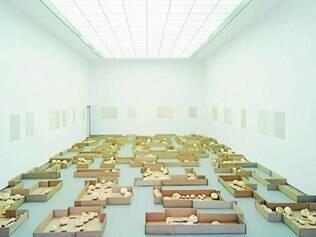 """Obra. Em """"Palavras cruzadas"""" (2001), letras esculpidas em laranjas criam textos a partir da interação do público"""