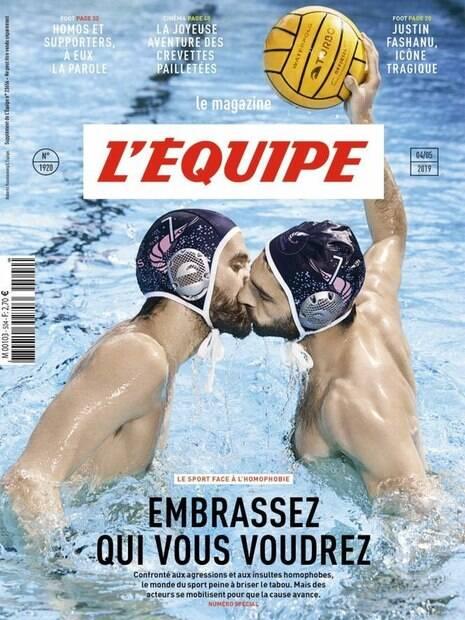 Jogadores de polo aquático se beijam na piscina