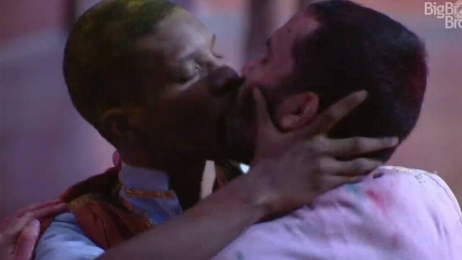 Lucas e Gil se beijam durante festa