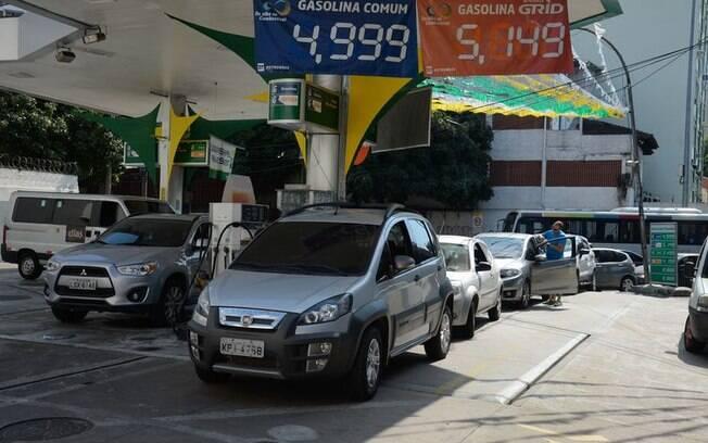 Preço da gasolina cai nas refinarias mas o consumidor não paga menos pelo combustível